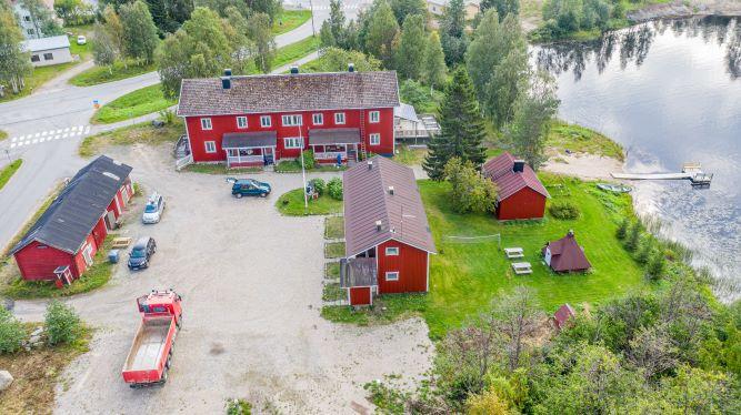 Arctic Guesthouse & Igloosin majatalon idyllinen pihapiiri kesällä 2019