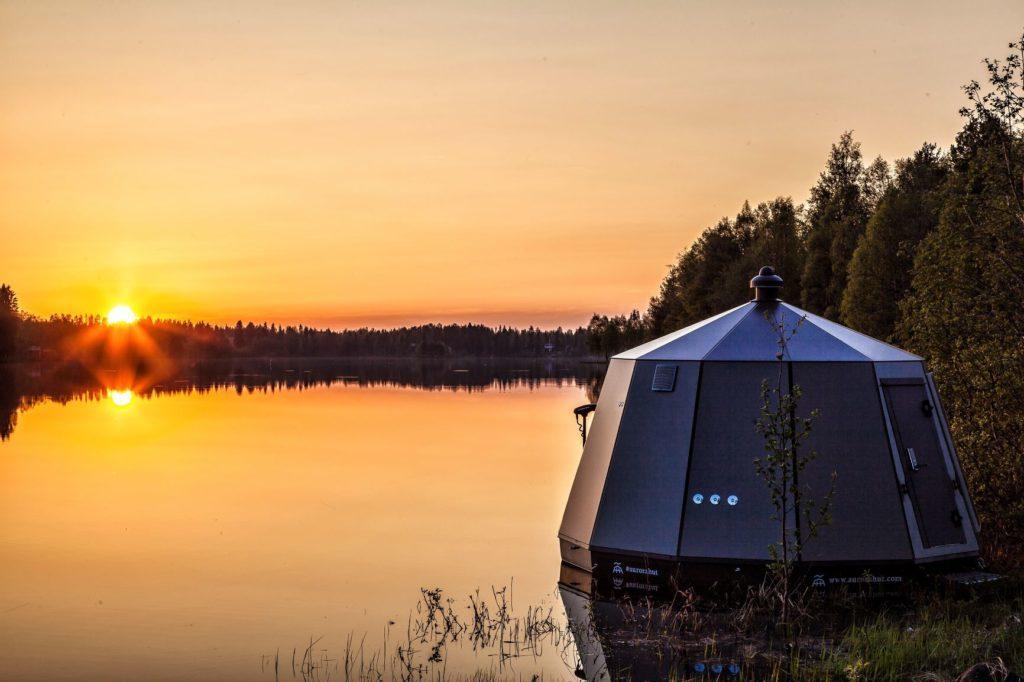 Auringonlasku Ranualla kesällä 2019 - AuroraHut lasi-iglu Ranuanjärven rannalla