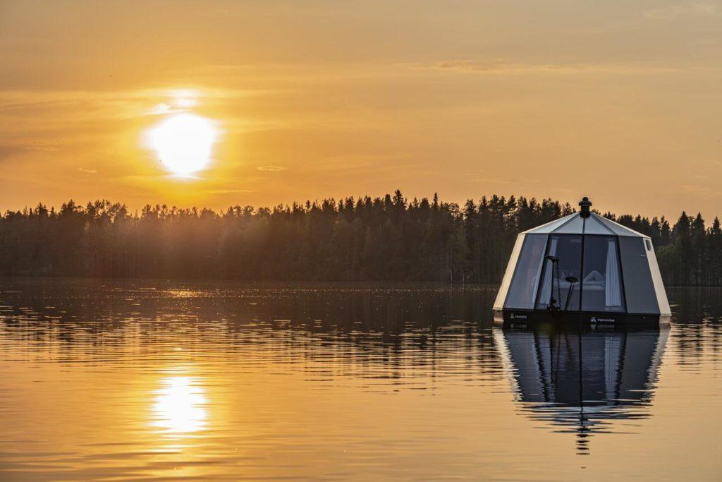 Kelluva ja liikuteltava AuroraHut lasi-igluvene Ranuanjärvellä kesällä 2019.