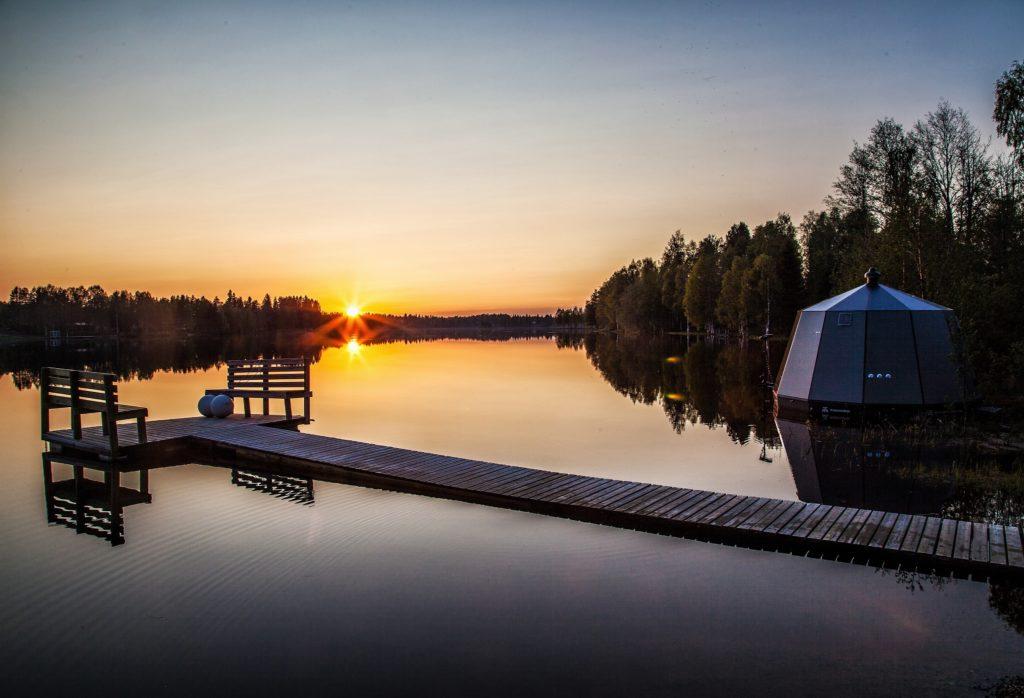 Auringonlasku ja AuroraHut lasi-iglu Ranuanjärven rannalla 2019 - Arctic Guesthouse & Igloos