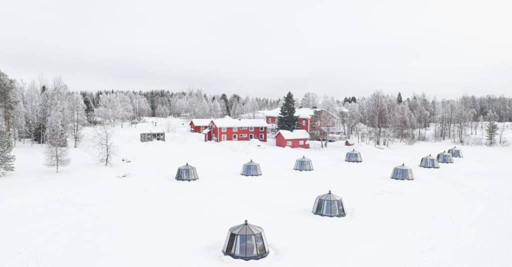 Arctic Guesthouse & Igloos - 10 AuroraHut lasi-iglua, liikuteltava kärrysauna ja Gasthaus Ranualla, Lapissa