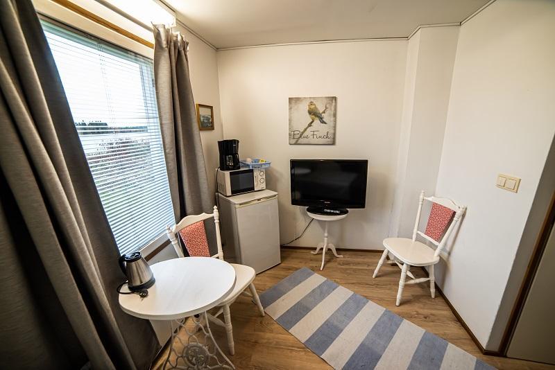 Yhden hengen huone järvinäkymällä Gasthaus Ranuassa. Arctic Guesthouse & Igloos