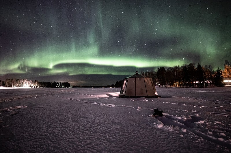 Arctic Guesthouse & Igloos - Northern lights and one of our AuroraHut Glass Igloos in Ranua in March 2020