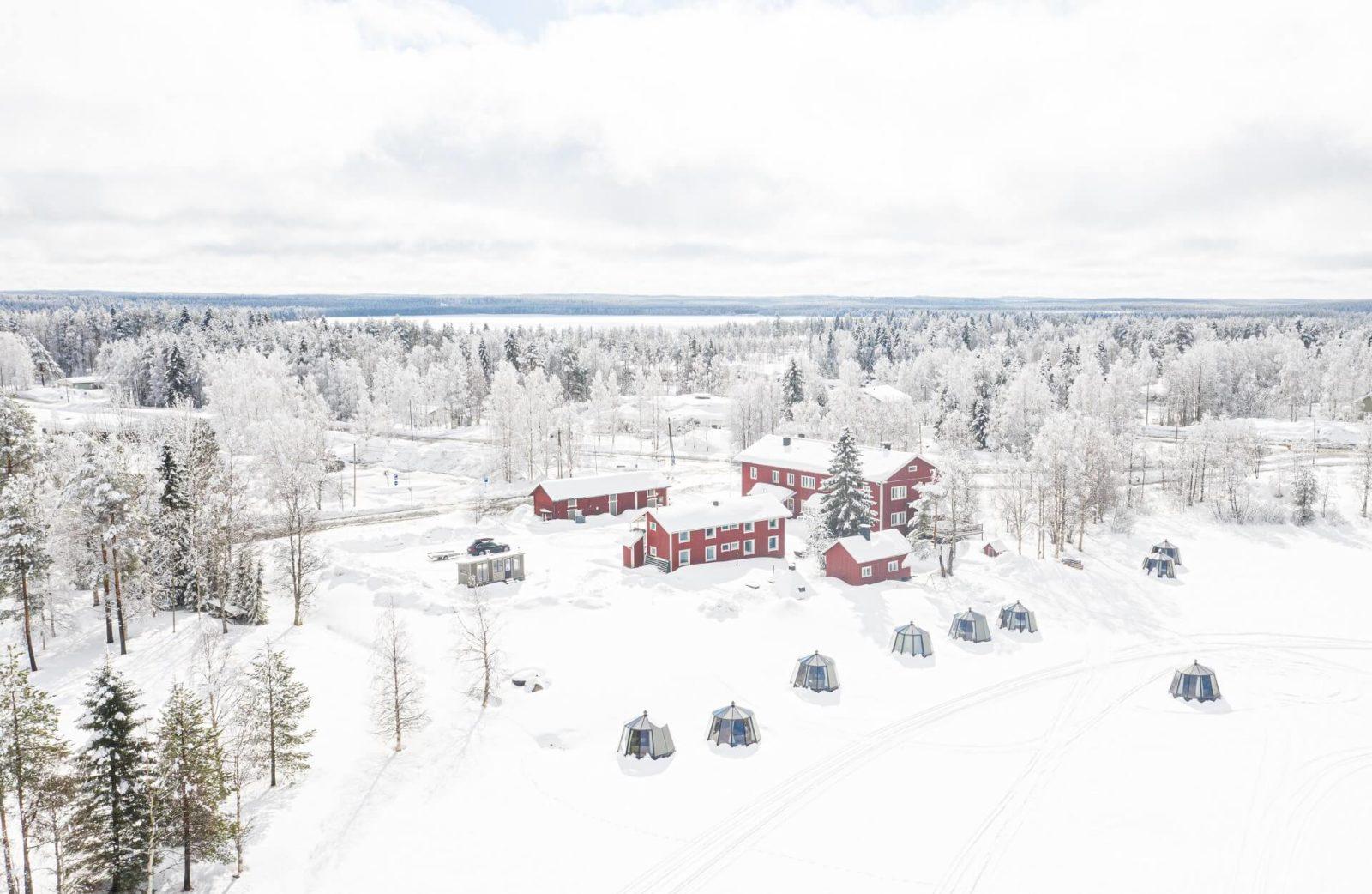 Arctic Guesthouse & Igloos - 10 AuroraHut lasi-iglua ja Gasthaus Ranua kuvattuna talvella 2020
