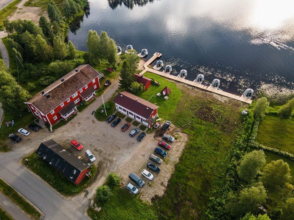 Arctic Guesthouse & Igloosin majatalon pihapiiri kuvattuna ilmasta kesällä 2020