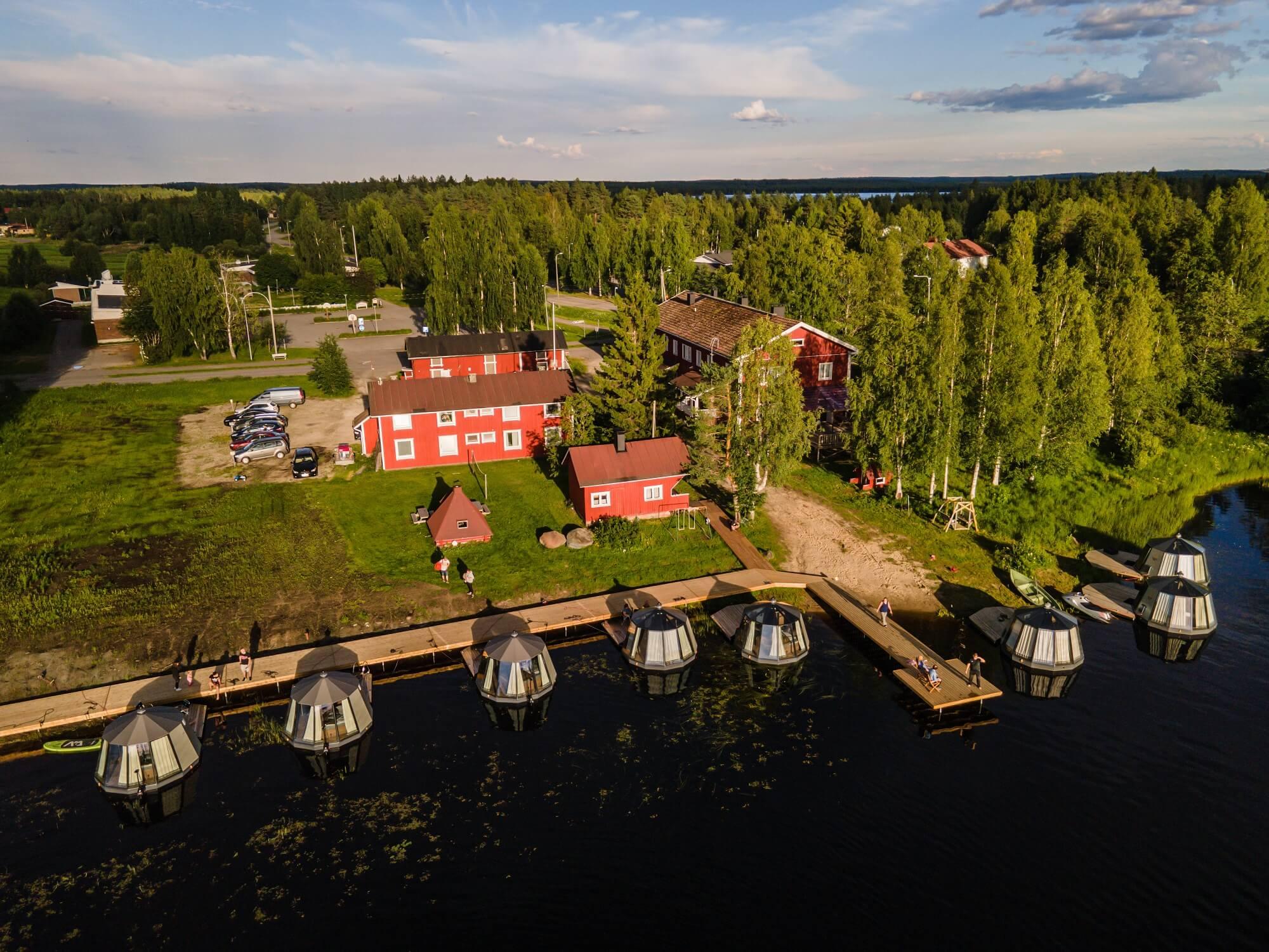 Arctic Guesthouse & Igloosin majatalo ja 10 AuroraHut lasi-iglua kesällä 2020