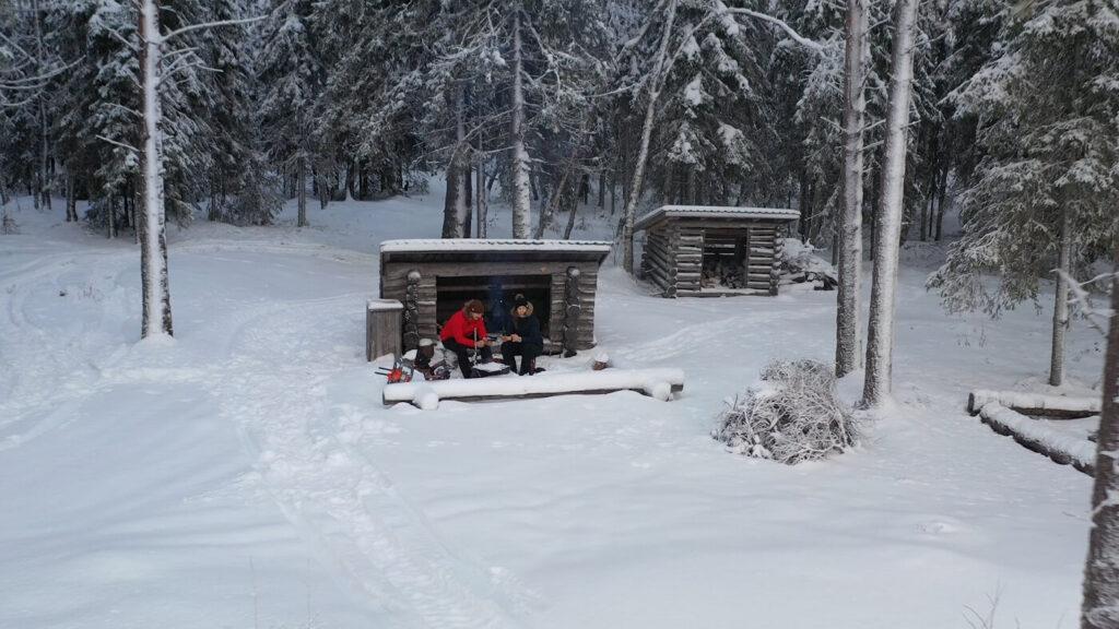 Ranuanjärven retkeily- ja vaellusreitin varrelta löytyvä laavu talvella