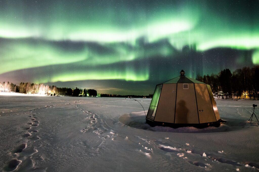 AuroraHut lasi-iglu ja revontulet Ranuanjärven rannalla