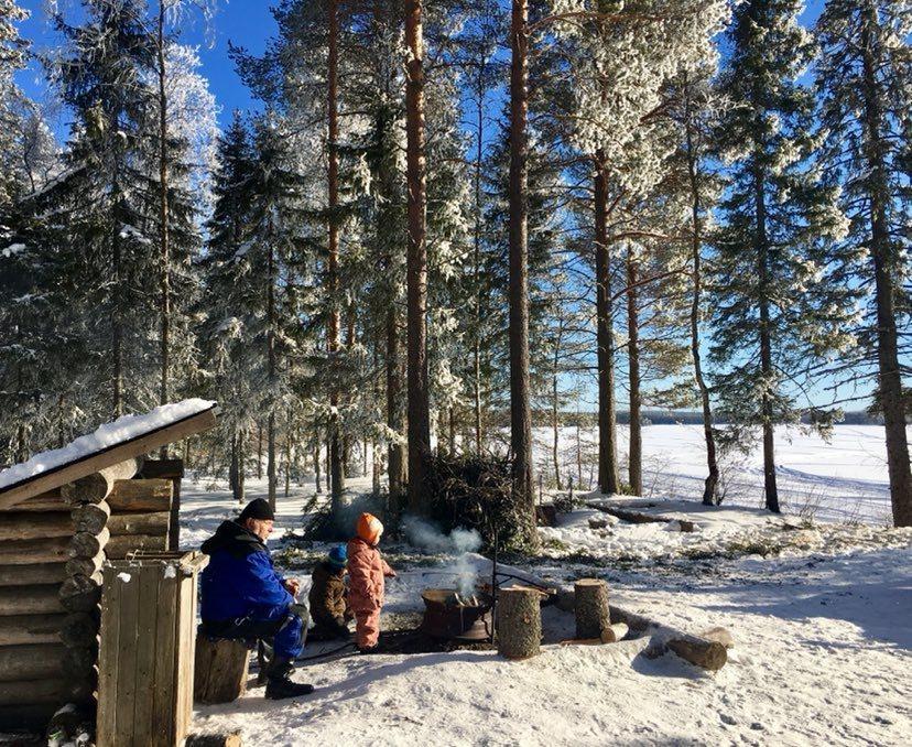 Laavu Ranuanjärven rannalla talvella