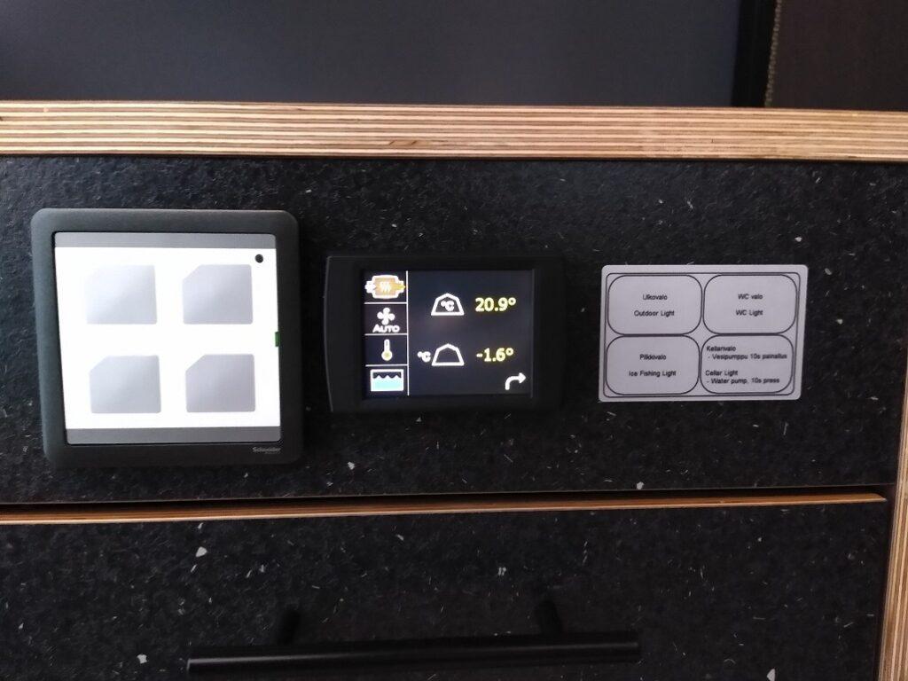 AuroraHutin ohjauspaneeli, josa mm. lämpötilan ja ilmastoinnin säätö