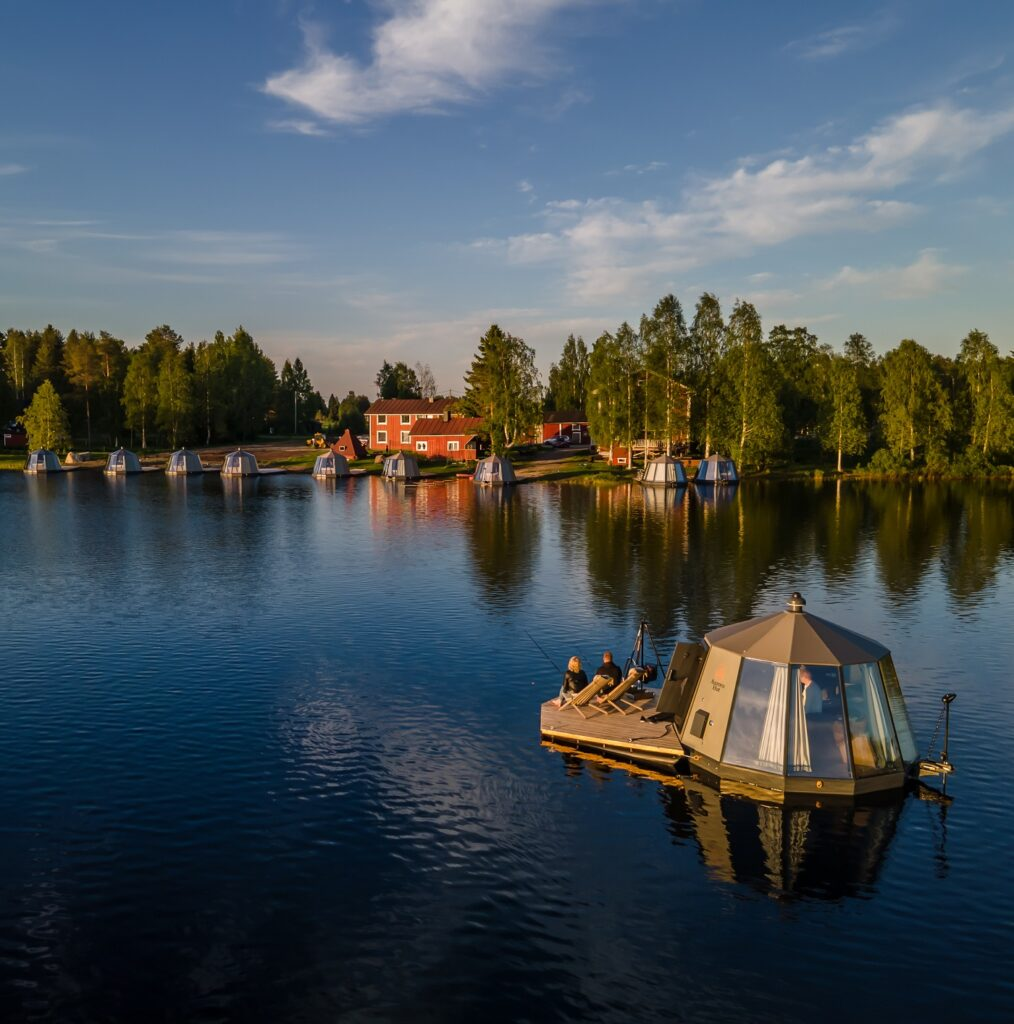 AuroraHut liikkuu kesäisin vapaasti Ranuanjärvellä veneen tavoin