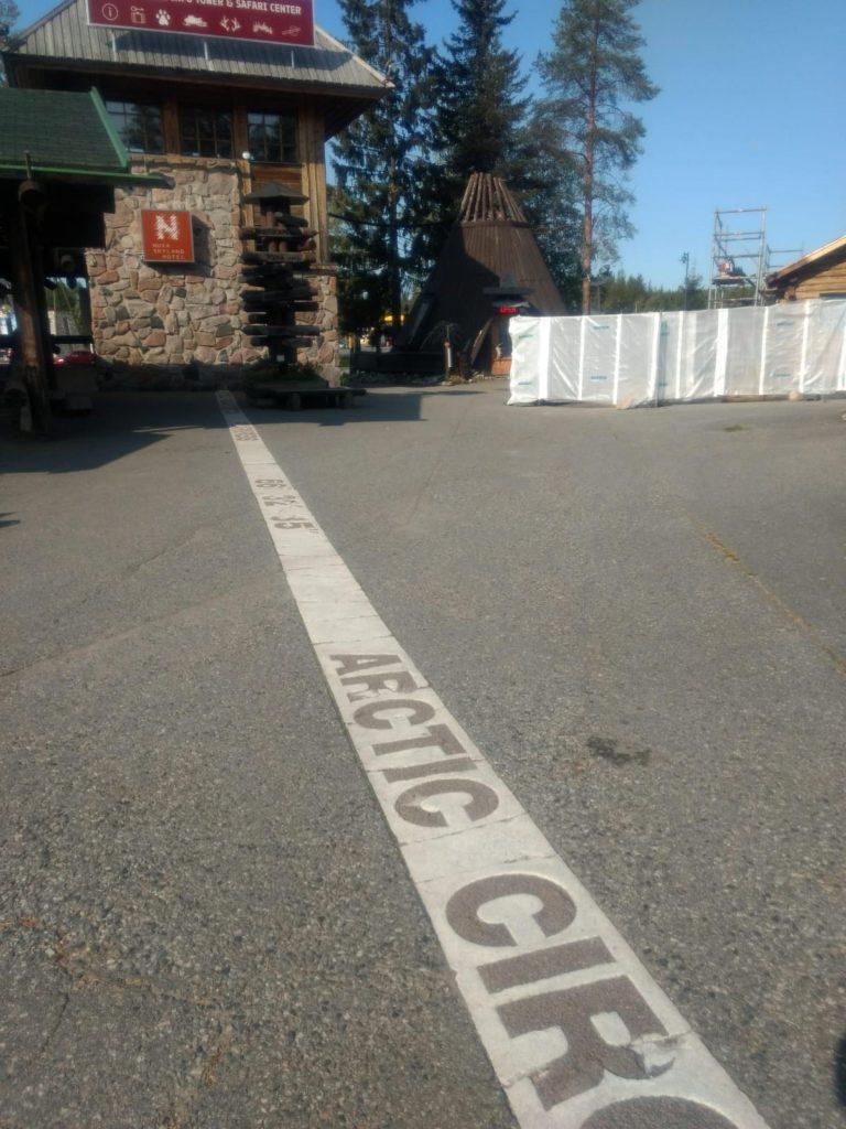 Napapiirin raja piirrettynä asfalttiin Rovaniemellä