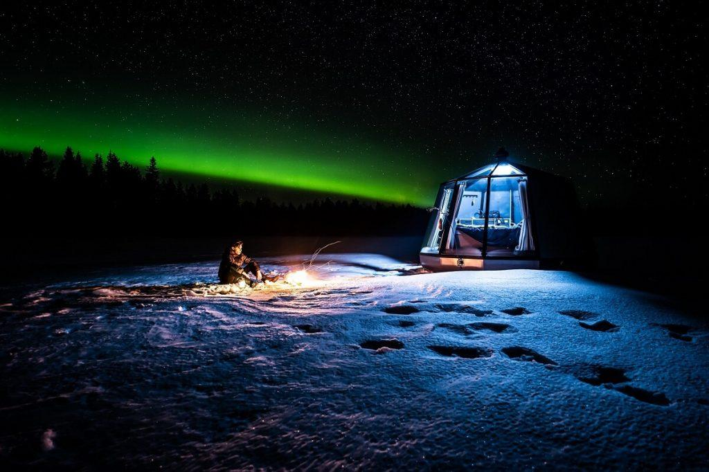 AuroraHut lasi-iglu ja revontulet kuvattuna Ranualla keväällä 2020.