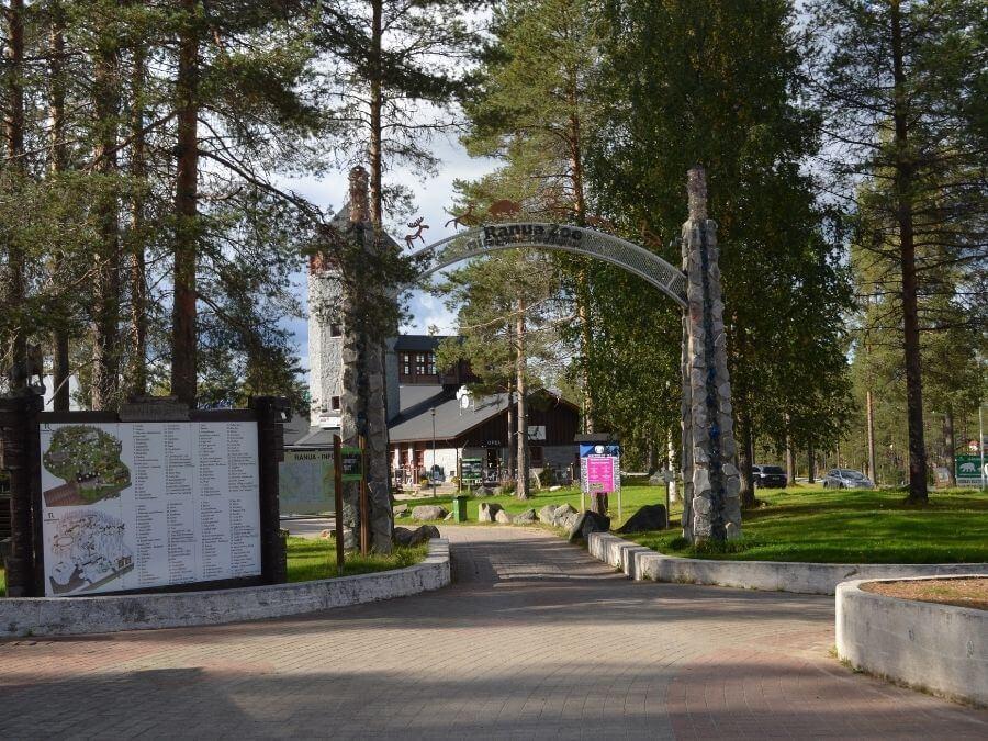 Ranuan Eläinpuiston sisäänkäynti syksyllä 2021