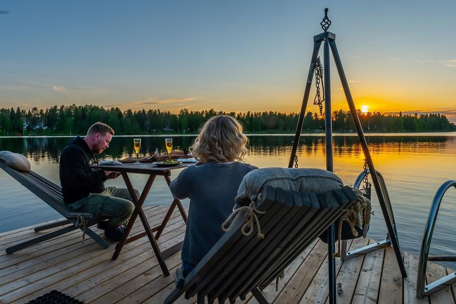 Kesäaikaan voit ihastella auringonlaskua tai laittaa ruokaa AuroraHut lasi-iglun puuterassilla